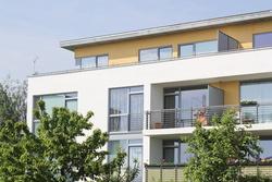 Immobilien historisch betrachtet so renditestark wie Aktien, aber sicherer